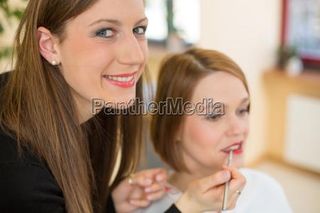 perfekter lipgloss oder lippenstift fuer den