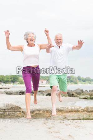 aktives seniorenpaar