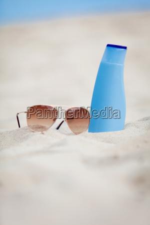 sonnenschutz im urlaub am strand sonnenbrille