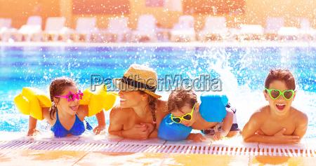 glueckliche familie im pool