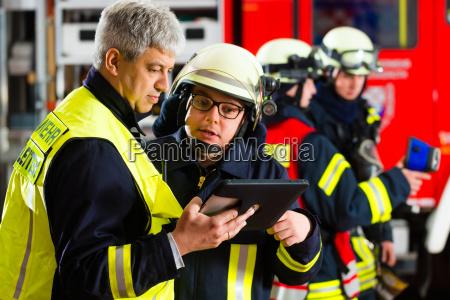 feuerwehr einsatzplanung am tablet computer