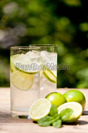 gesundes erfrischungsgetraenk mineralwasser mit limetten