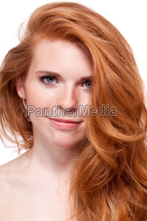 attraktive junge frau mit roten haaren