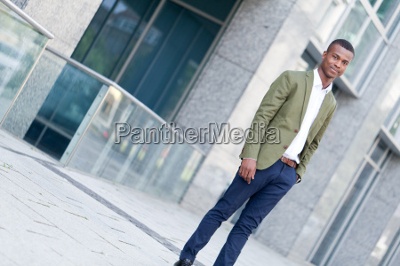 junger attraktiver erfolgreicher afroamerikaner geschaeftsmann