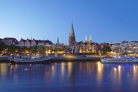 kosciol miasto grod town wieczor niemcy