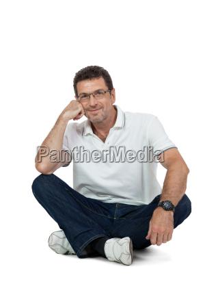 erwachsener gluecklicher mann mit brille und