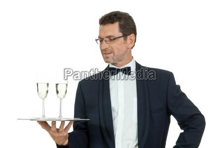 erwachsener kellner serviert sekt champagner isoliert