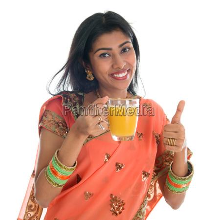 daumen, hoch, indische, frau, trinken, orangensaft - 9740096