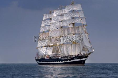 segelschiff historisch grosssegler auf dem meer