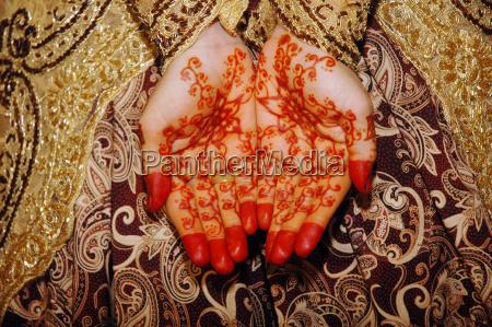 henna on hands of indonesian wedding