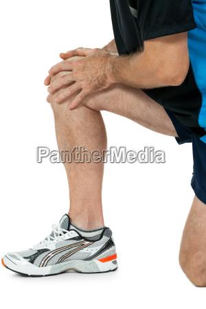 erwachsener sportlicher mann mit knieproblemen sport