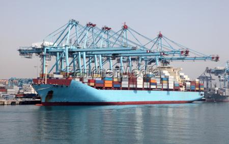 grosses containerschiff im industriehafen