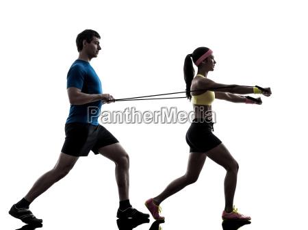 frau die ausuebung fitness widerstand gummiband