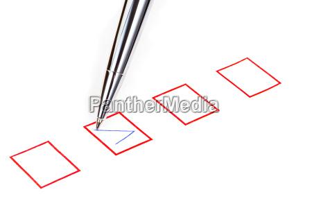 tick in rot viereckiger kasten