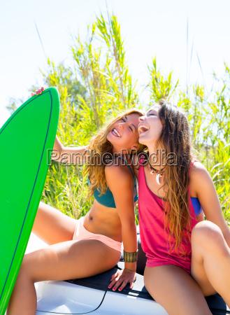 gluecklich verrueckt jugendlich surfer maedchen auf