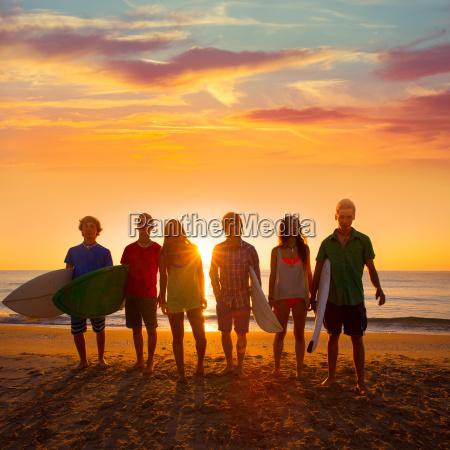 surfers jungen und maedchen gruppe zu