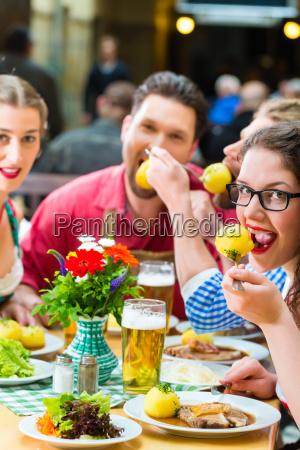 freunde in bayern trinken bier in
