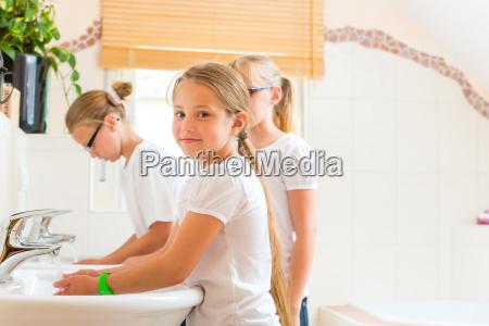 maedchen beim haendewaschen im bad