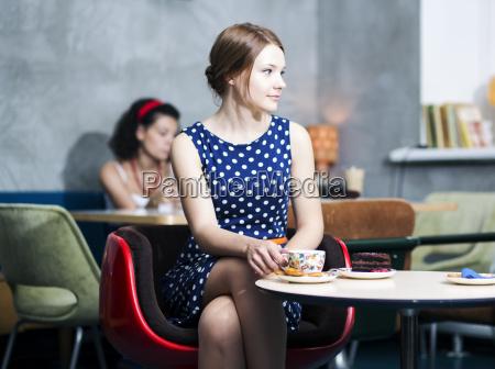 frau cafe rock schoen aesthetisch schoenes