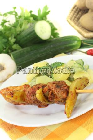 kartoffel gurkensalat mit feuerspiessen und petersilie