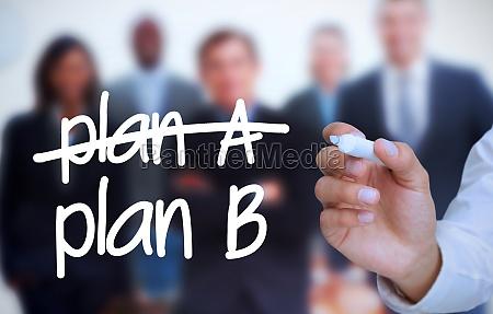 geschaeftsmann schreibt plan b mit marker