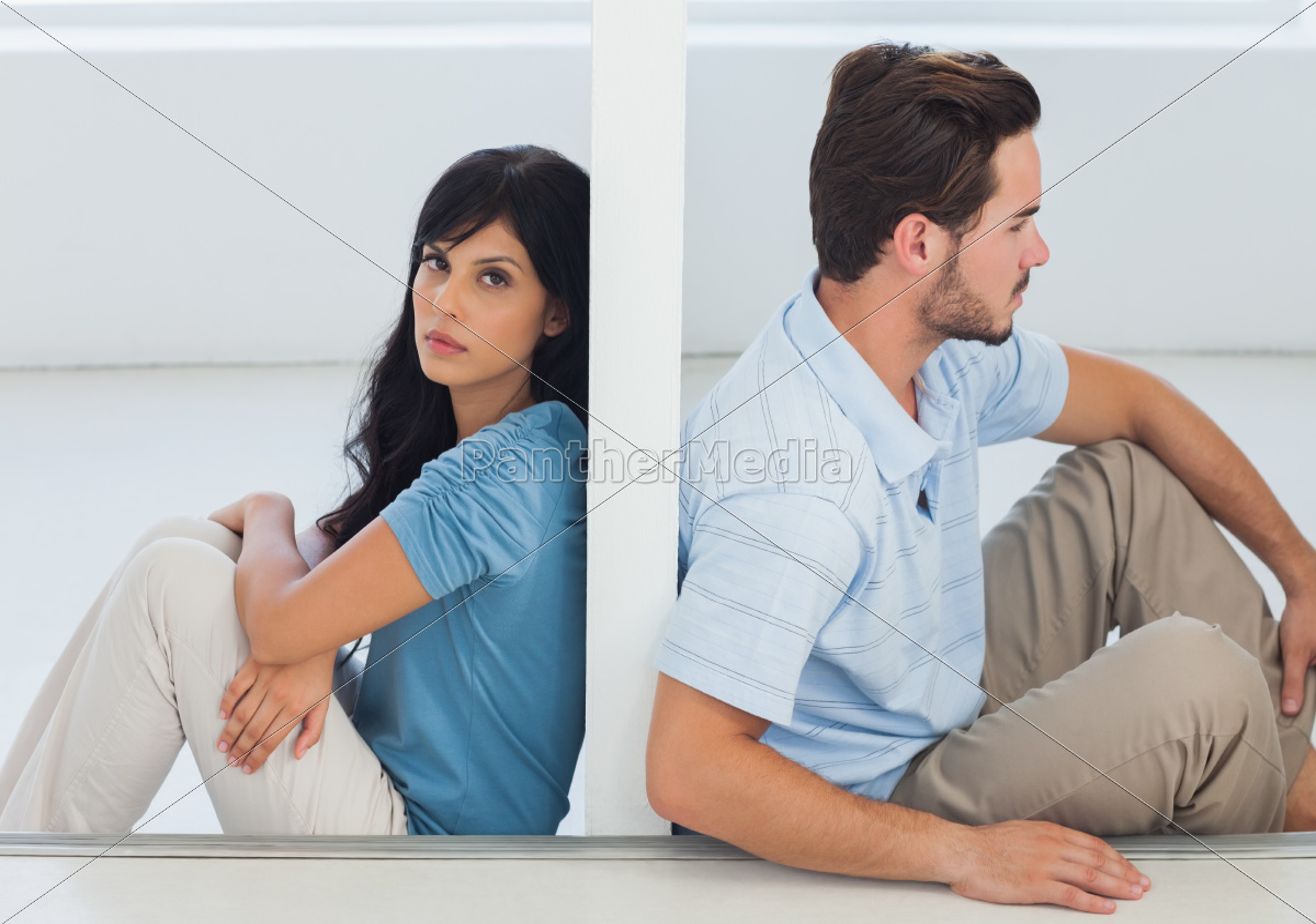 sitzen, paar, sind, durch, eine, wand - 9915788