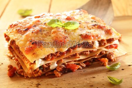 goldene lasagne mit fleisch und nudeln