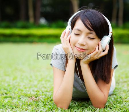 asiatische frau geniesst musik