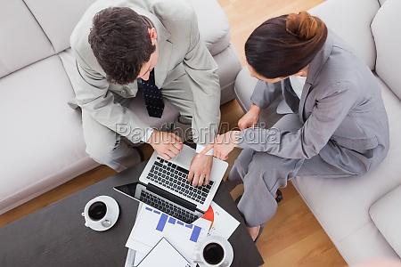 mitarbeiter mit laptop zusammen sitzen auf