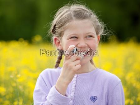 asthma kind maedchen asthmaspray dosieraerosol pollenallergie
