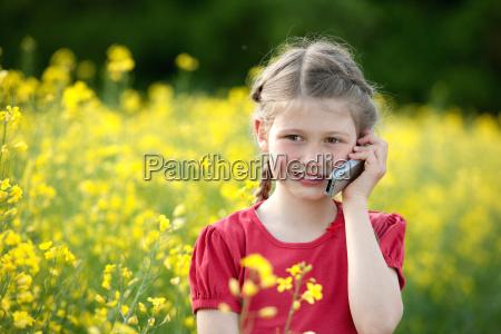 maedchen telefoniert mit dem handy