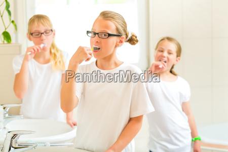 maedchen beim zaehneputzen im bad