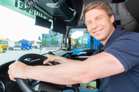 spediteur oder fahrer in lastwagen oder