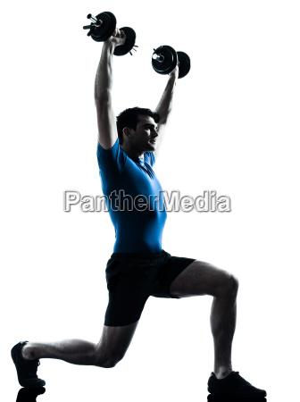 mann trainiert krafttraining trainingsfitness haltung