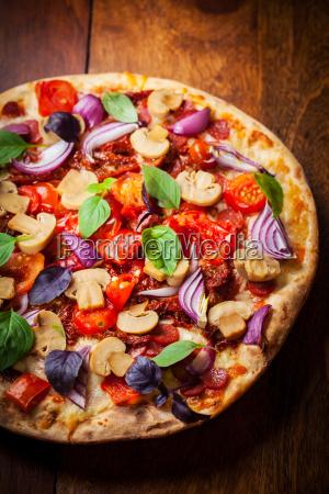 traditionelle hausgemachte pizza mit getrockneten tomaten