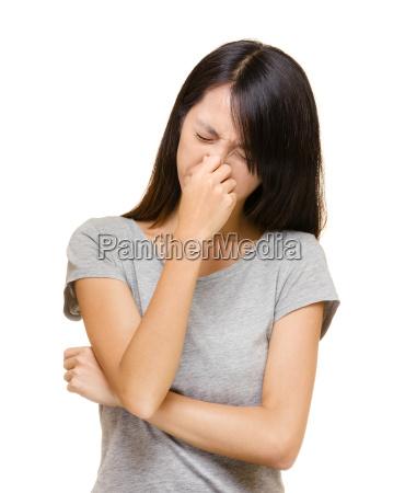 asiatische frau mit allergischer nase