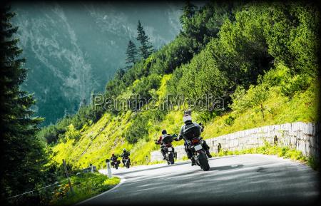 gruppe von moto radfahrer auf bergstrasse