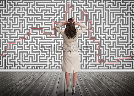 verwirrte, geschäftsfrau, die, ein, labyrinth, betrachtet - 10024542