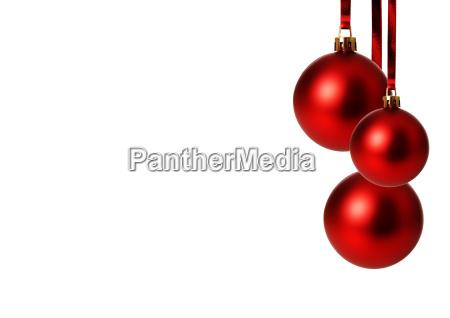 rote weihnachtskugeln haengend freigestellt mit weissem
