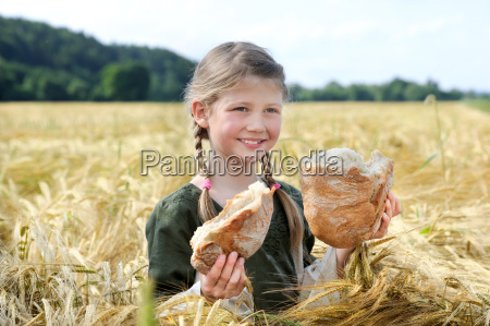maedchen mit brot im kornfeld