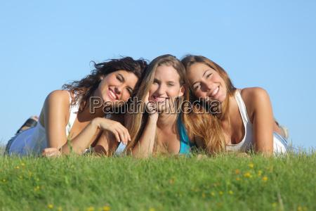 portrait einer gruppe von drei glueckliche