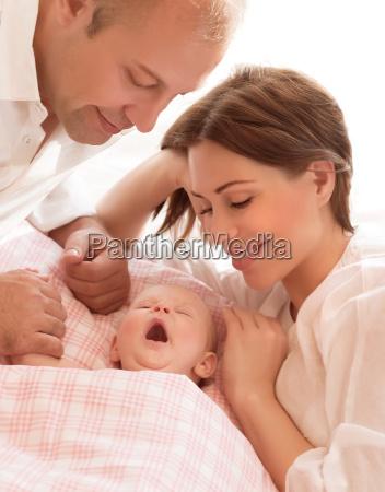 neugeborenes baby mit eltern