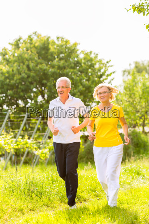 senioren beim jogging auf dem