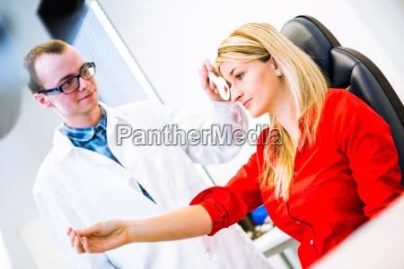 optometrie konzept huebsche junge fraudie
