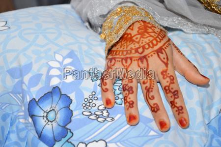 henna on hand of indonesian wedding