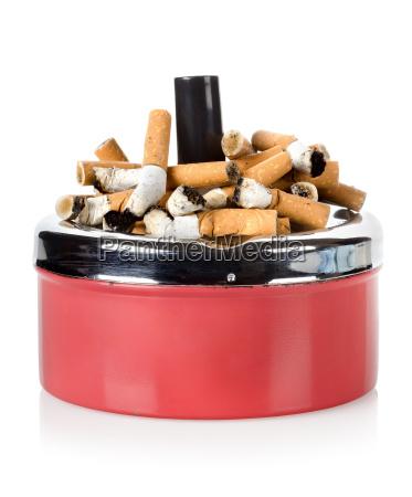 zigaretten und alter aschenbecher