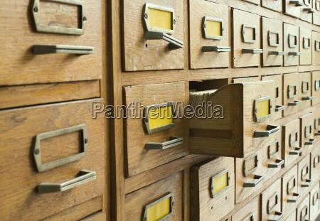 altes archiv mit schubladen