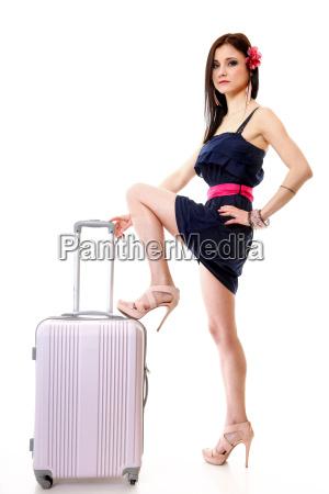junge sommermaedchen mit reisekoffer auf weiss