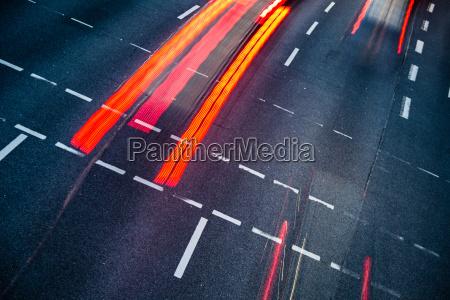 bewegung verschwommener stadtstrassenverkehr