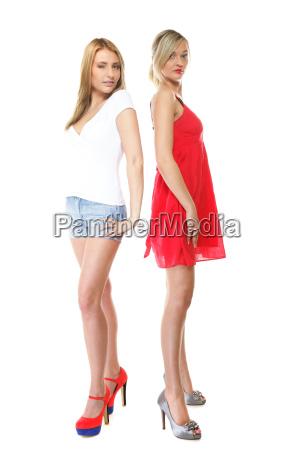 zwei schoene sexy frauen in sommerkleidung